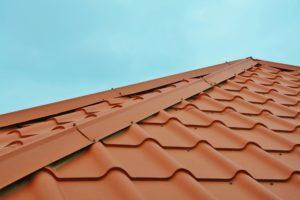 Kattoa ei kannata päästää rapistumaan, muuten edessä on isoja korjauksia.