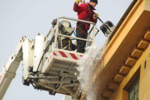 Taloyhtiön täytyy huolehtia, että katolle kiipeäminen on turvallista. Katolle ei kannata päästää muita kuin ammattilaisia.