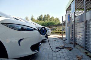 Taloyhtiössä voidaan tehdä esimerkiksi piharemontin yhteydessä muutoksia parkkipaikalle niin, että rakennetaan sähköauton latauspisteitä.