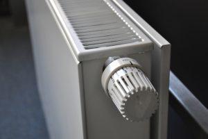 Lämmityskaudella on tärkeää laittaa patterin termostaatti oikeille asetuksille.
