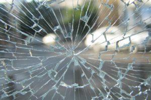 Korvaako vakuutus, jos muuttopuuhissa oleva asukas rikkoo rappukäytävän ikkunan?