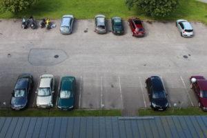 Autopaikkojen jakamiseen on monta keinoa. Tärkein kriteeri paikan saamiseen on tarve, eli että asukas omistaa rekisterissä olevan ajoneuvon.