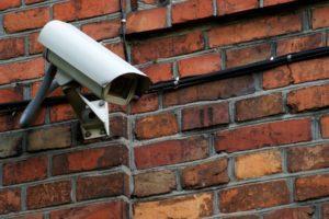 Yksi vaihtoehto parantaa taloyhtiön turvallisuutta on hankkia valvontakamerat.