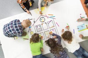 Myös lapset kannattaa ottaa mukaan taloyhtiön päätöksentekoon ja kysyä heiltä, mitä he haluavat asumiseltaan. Luolavuoren koulun oppilaat piirsivät unelmiensa taloyhtiön.