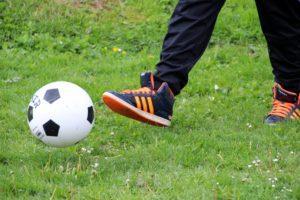 Lasten leikkejä ja pelejä ei voi kokonaan kieltää taloyhtiön pihalla. Sen sijaan pallopelejä voidaan rajoittaa esimerkiksi niin, ettei tietyllä alueella, kuten parkkipaikalla, saa potkia palloa.
