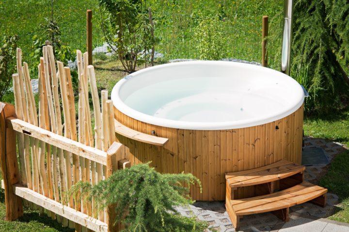 Paljun tai uima-altaan iso vesimäärä on riski taloyhtiön rakennuksille.