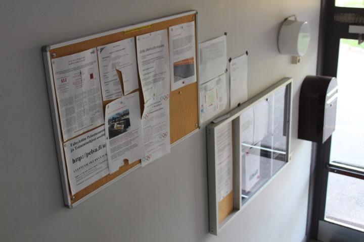 Perinteisen ilmoitustaulun voi korvata sähköisellä taululla. Paperitiedotteiden sijaan digitaulua voi päivittää kätevästi kauempaakin.