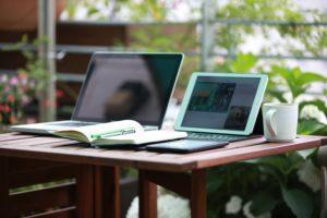 Toiset ovat kotonaan netin viestintäpalstoilla, jotkut lukevat mieluummin ilmoitustaulua. Viestintävaihtoehtoja on nykyään paljon.