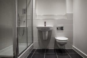 Kylpyhuoneen kunnossapitoon ja vesimaksuun liittyvät laiminlyönnit ja väärinkäsitykset aiheuttavat taloyhtiöissä päänvaivaa.