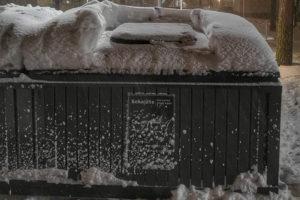 Runsas lumisade kaunistaa maisemaa mutta tuo myös vaaroja taloyhtiön pihalle esimerkiksi katolta putoavan lumen muodossa.