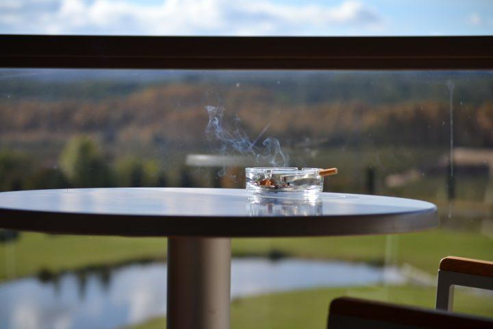 Tupakointikieltoa taloyhtiössä valvovat kunta ja taloyhtiö yhdessä.