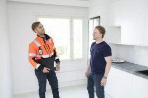 Asunnon omistaja Petri Kontulainen ja V-S Talotekniikan Tatu Pajuharju tutkailevat Kontulaisen uutta keittiötä, jossa remontti on sujunut hyvin.