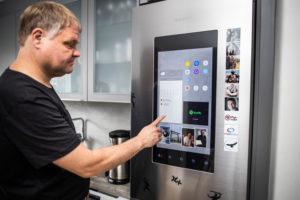 Älykodin jääkaapista voi katsoa vaikkapa päivän sään ja uutiset.