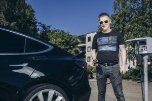 Myyrmäkeläinen Joni Savolainen edisti sähköauton latauspisteen hankintaa taloyhtiöönsä omalla työllään.