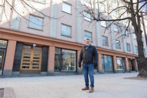 Asunto-osakeyhtiö Lahti antaa kivijalkayrityksilleen vuokranalennusta. Pihalla taloyhtiön puheenjohtaja Harri Numminen.