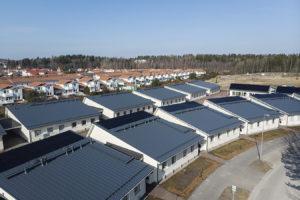 Aurinkosähköpaneelit ovat osa kirkkonummelaisen taloyhtiön lämmitysjärjestelmää. Niitä on katoilla lähes 500 kappaletta.