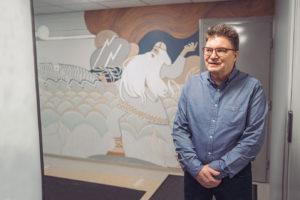 Väinämöinen-maalaus taloyhtiön aulassa on kerännyt pelkkiä kehuja, kertoo taloyhtiön hallituksen puheenjohtaja Veli Luostarinen.