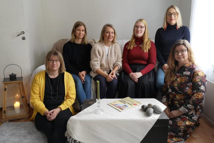 Kotitalo-media on taloyhtiöasumisen monikanavainen ajankohtaismedia, jonka toimitukseen kuuluvat muiden maussa päätoimittaja Maria Mäkinen (oikealla ylhäällä). Muut kuvassa Piia Kunnas (vas.), Päivi Maaniitty, Marianne Falck-Hvilstafeldt, Merilla Kivineva ja Mia Rouvinen.
