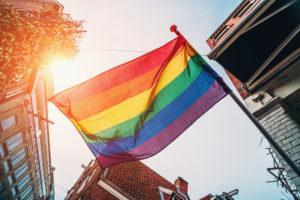 Pride-lippu saa liehua parvekkeella myös taloyhtiössä, kunhan sen asettelee turvallisuuden huomioiden.