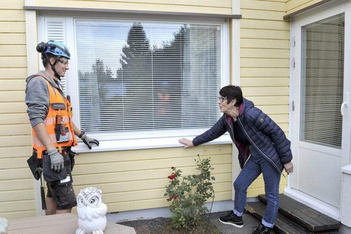Onnistunut ikkunaremontti parantaa asuinviihtyvyyttä. Tiivin ikkunat asennettiin raumalaiseen rivitaloon.