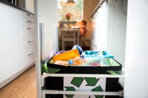 Muovin kierrätys alkaa siitä, että jätteet lajitellaan kotona. Kaikki Suomessa kierrätetty muovi menee Riihimäelle, Fortumin muovinjalostamolle, jossa se jatkojalostetaan.