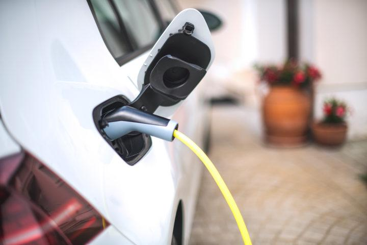 Uusi sähköautolaki vaikuttaa taloyhtiöiden remontteihin ensi keväästä alkaen.