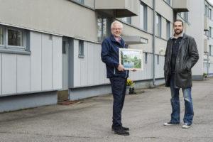 Helsinkiläistaloyhtiöllä on ollut sama isännöitsijä jo 30 vuotta. Isännöitsijä Erkki Oksanen vasemmalla ja taloyhtiön puheenjohtaja Juhana Stolt.