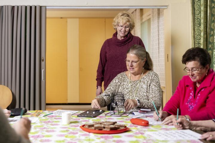 Ikäihmisten yksinäisyys huolestutti Marja Koskivirtaa. Hän päätti taistella yksinäisyyttä vastaan ja perusti kaikille avoimen kerhon.