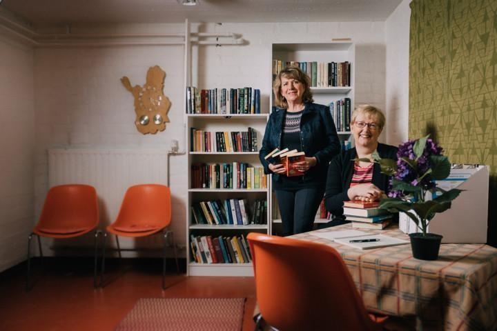 Taloyhtiön asukkaat ovat saaneet kierrätyskirjaston pyörimään yhteisvoimin. Kuvassa hallituksen puheenjohtaja Merja Ailama-Mäkitalo (vas.) ja kirjastovastaava Outi Koskinen.
