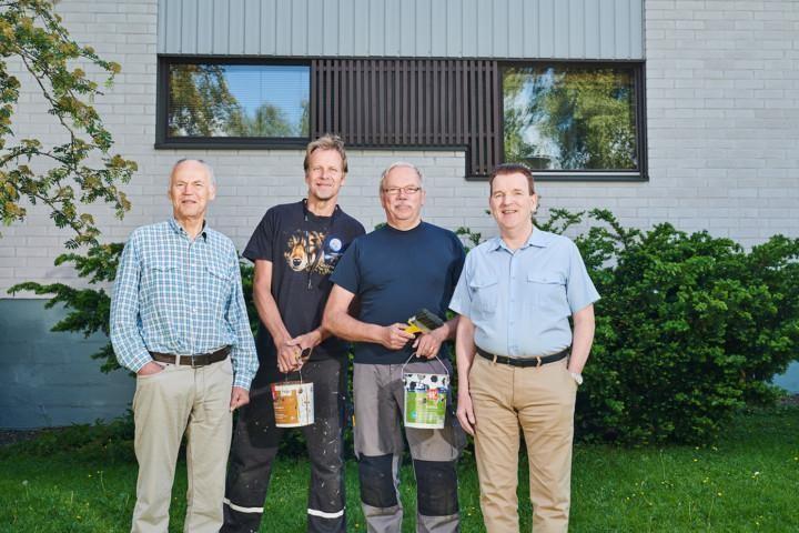 Onnexi Oy:tä edustava Matti Kontio maalipurkkikädessä kolmen muun miehen kanssa taloyhtiön pihalla.