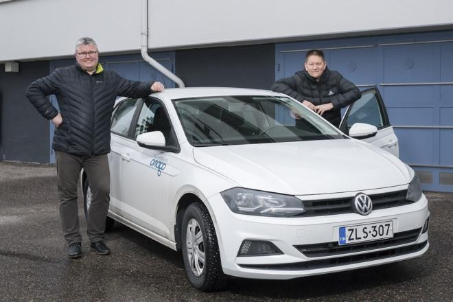Taloyhtiöauto on Kivisaarentie 3:n asukkaiden käytössä. Auton viressä isännöitsijä Joel Karvinen ja hallituksen jäsen Pekka Pirkkala.