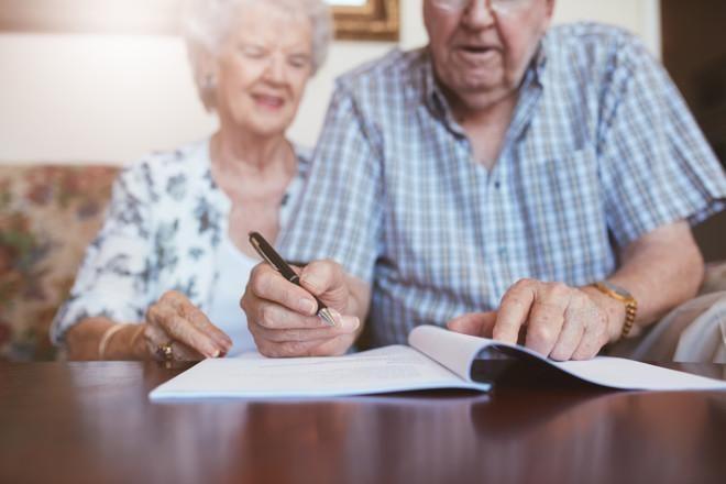 Pariskunta allekirjoittaa testamenttia. Asunnon voi jättää lapsille perinnöksi, mutta perintö ei ole ainoa vaihtoehto.