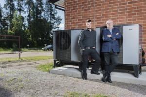 Lohjan Vuokra-asunnot Oy:n kiinteistöpäällikkö Sami Ylenius ja toimitusjohtaja Veli Haukka seisovat taloyhtiön seinustalla