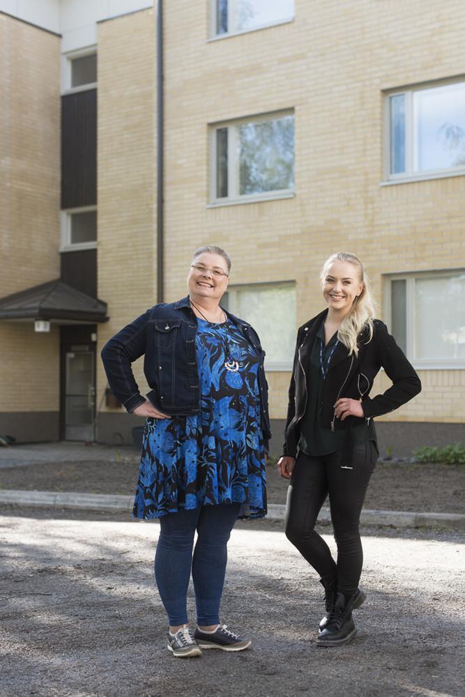 Isännöitsijä Kaisa Lokasaari (oik.) tuli entisen isännöitsijän Stina Söderin aisapariksi tulipalon aikaan ja on nyt taloyhtiön vastuuisännöitsijä.