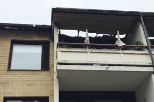 Tulipalo lähti kulmahuoneiston alimmalta parvekkeelta ja levisi lopulta kattoa pitkin koko taloon.